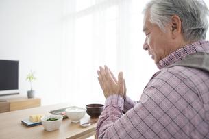 朝食を食べる中高年男性の写真素材 [FYI01305560]