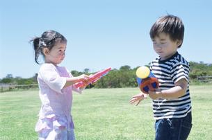 水鉄砲で遊ぶ子供2人の写真素材 [FYI01305572]