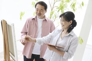 趣味を楽しむ中高年夫婦の写真素材 [FYI01305574]