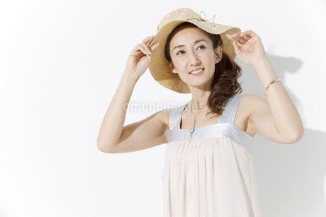 帽子を被った女性の写真素材 [FYI01305641]