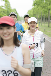 スポーツウェアを着て走る男女4人の写真素材 [FYI01305663]