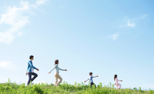 並んで歩く4人家族の写真素材 [FYI01305674]