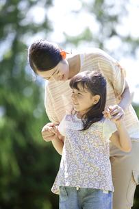 手をつないでいる親子の写真素材 [FYI01305677]