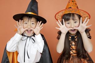 ハロウィンの衣装を着た男の子と女の子の写真素材 [FYI01305695]