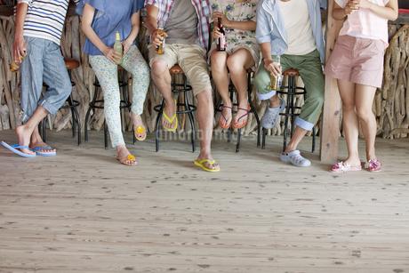 カウンターに座る男女の足元の写真素材 [FYI01305700]