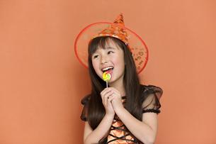 キャンディーを食べる女の子の写真素材 [FYI01305701]