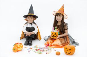 ハロウィンの衣装を着た男の子と女の子の写真素材 [FYI01305751]