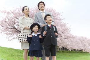 空を見上げている4人家族の写真素材 [FYI01305767]