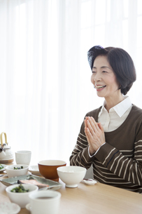 朝食を食べる中高年女性の写真素材 [FYI01305933]