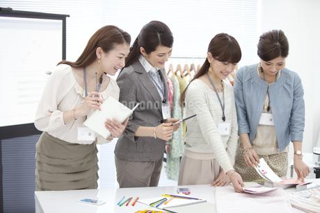 打ち合わせ中のビジネスウーマン4人の写真素材 [FYI01305983]