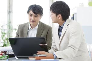 ノートパソコンを見るビジネスマン2人の写真素材 [FYI01306011]