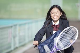 自転車に乗る女子校生の写真素材 [FYI01306056]