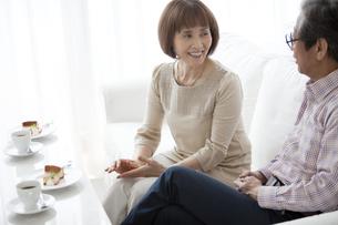 カフェで話をしている中高年夫婦の写真素材 [FYI01306063]