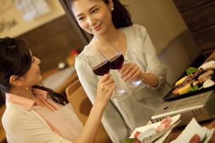 ワインで乾杯する女性2人の写真素材 [FYI01306065]