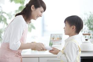 母親の手伝いをする男の子の写真素材 [FYI01306081]