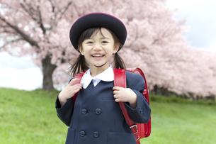 桜と笑顔の女の子の写真素材 [FYI01306095]