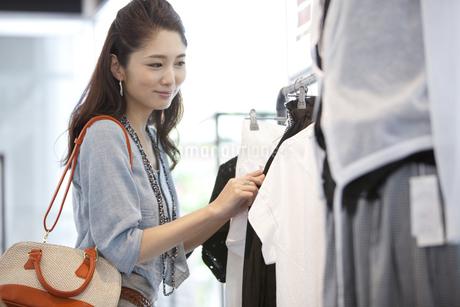 買い物をする女性の写真素材 [FYI01306123]