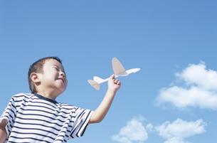 紙飛行機を持つ男の子の写真素材 [FYI01306131]