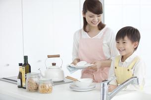 皿洗いをする親子の写真素材 [FYI01306184]
