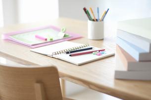 机の上の文房具の写真素材 [FYI01306197]