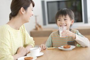 おやつを食べる息子と母親の写真素材 [FYI01306222]
