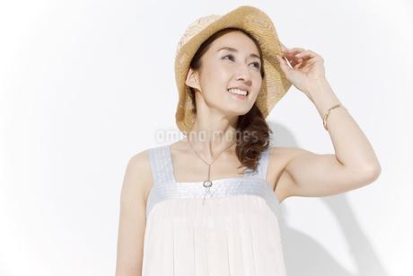 帽子を被った女性の写真素材 [FYI01306243]
