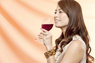 ワイングラスを持った女性の写真素材 [FYI01306261]