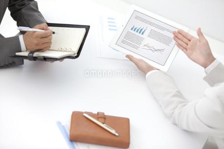 打ち合わせ中のビジネスマン2人の写真素材 [FYI01306265]