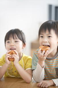 おやつを食べる男の子と女の子の写真素材 [FYI01306266]