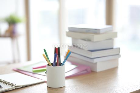 机の上の文房具の写真素材 [FYI01306274]