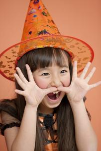 ハロウィンの衣装を着た女の子の写真素材 [FYI01306279]