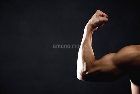筋肉質な男性の腕の写真素材 [FYI01306304]