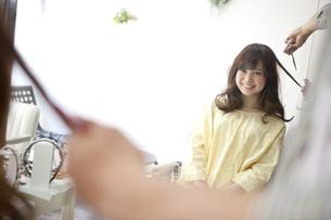 美容院で髪を切る女性の写真素材 [FYI01306307]