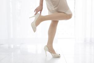 ハイヒールを履く女性の足元の写真素材 [FYI01306316]
