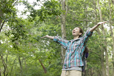 ハイキングをする女性の写真素材 [FYI01306323]