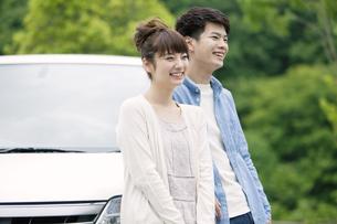車の前に立つカップルの写真素材 [FYI01306335]
