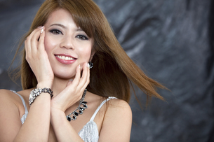 髪をなびかせる女性の写真素材 [FYI01306337]