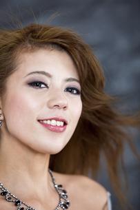 髪をなびかせる女性の写真素材 [FYI01306341]