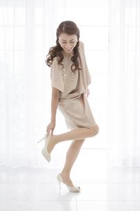 ハイヒールを履く中年女性の写真素材 [FYI01306370]