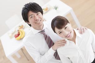 笑顔のカップルの写真素材 [FYI01306387]