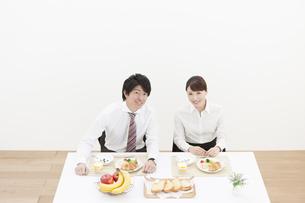 朝食と笑顔のカップルの写真素材 [FYI01306389]