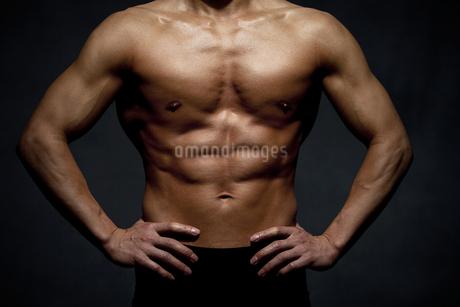 筋肉質な男性の身体の写真素材 [FYI01306482]