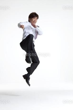 ジャンプしているビジネスマンの写真素材 [FYI01306521]