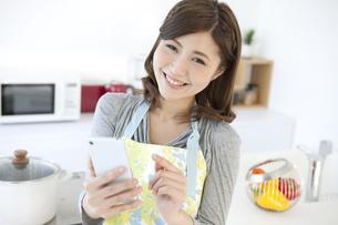 スマートフォンを操作する女性の写真素材 [FYI01306522]