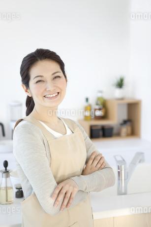 腕組みをする笑顔の女性の写真素材 [FYI01306537]