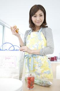 食材を取り出す女性の写真素材 [FYI01306543]