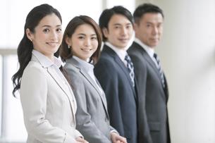 笑顔のビジネスマンとビジネスウーマン4人の写真素材 [FYI01306598]
