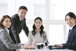 会議をするビジネスマンとビジネスウーマン4人の写真素材 [FYI01306604]