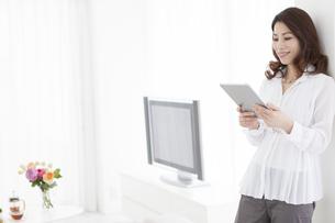 タブレットPCを見ている中年女性の写真素材 [FYI01306607]
