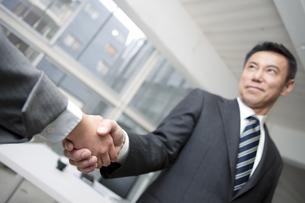 握手をするビジネスマンの写真素材 [FYI01306609]
